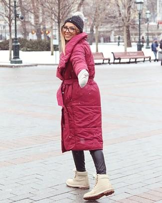 Cómo combinar: abrigo de plumón rojo, pantalones pitillo de cuero negros, botas planas con cordones de ante en beige, gorro de punto en gris oscuro