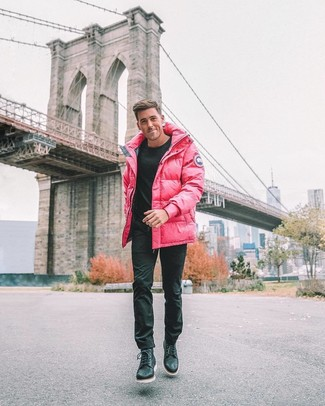 Cómo combinar: abrigo de plumón rosa, jersey con cuello circular negro, pantalón chino negro, botas casual de cuero negras