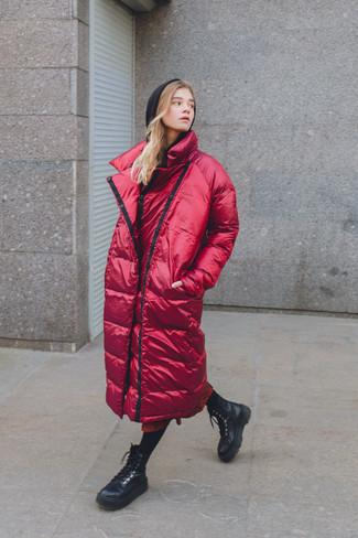 Cómo combinar: abrigo de plumón rojo, sudadera con capucha negra, falda midi estampada roja, botas planas con cordones de cuero negras