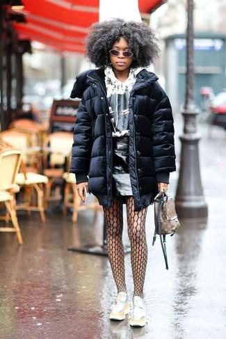 Cómo combinar: abrigo de plumón negro, sudadera con capucha estampada en blanco y negro, minifalda de cuero negra, mocasín con plataforma de cuero plateado