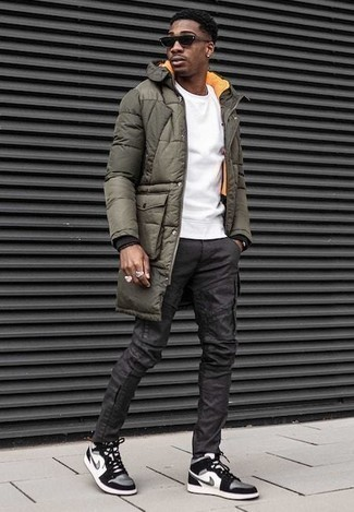 Outfits hombres: Empareja un abrigo de plumón verde oliva junto a un pantalón cargo en gris oscuro para un almuerzo en domingo con amigos. Si no quieres vestir totalmente formal, opta por un par de zapatillas altas de lona en blanco y negro.