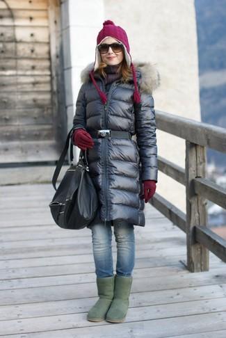 Muestra tu lado lúdico con un abrigo de plumón negro y unos vaqueros pitillo desgastados azules. ¿Te sientes valiente? Completa tu atuendo con botas ugg verdes.