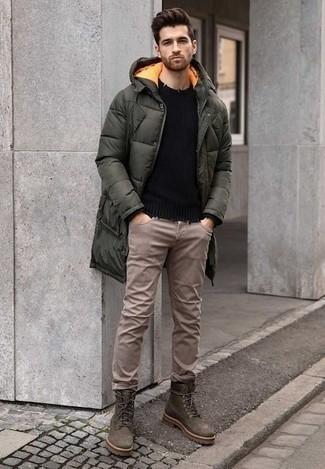 Cómo combinar unas botas: Equípate un abrigo de plumón verde oscuro junto a unos vaqueros marrón claro para una vestimenta cómoda que queda muy bien junta. Completa tu atuendo con botas para mostrar tu inteligencia sartorial.