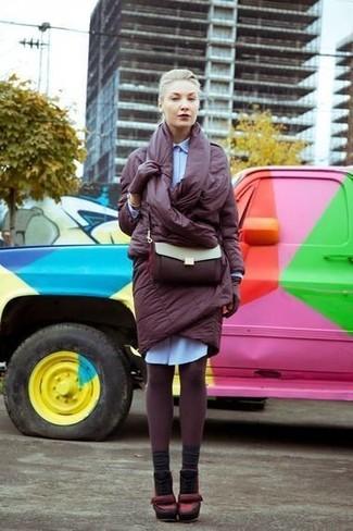 Cómo combinar: abrigo de plumón burdeos, vestido camisa celeste, zapatos de tacón de cuero burdeos, bolso bandolera de cuero burdeos
