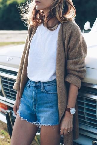 Cómo combinar: abrigo de punto marrón claro, camiseta con cuello circular blanca, pantalones cortos vaqueros azules