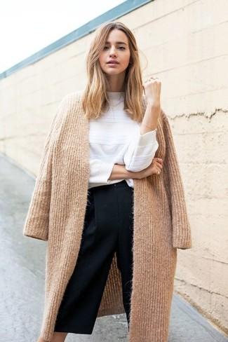 Cómo combinar: abrigo de punto marrón claro, jersey con cuello circular blanco, falda pantalón negra