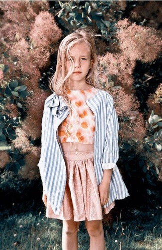 Cómo combinar: abrigo de rayas verticales celeste, camiseta sin manga con print de flores naranja, falda rosada