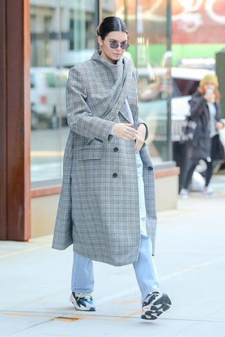 Cómo combinar: abrigo de tartán gris, vaqueros desgastados celestes, deportivas en multicolor