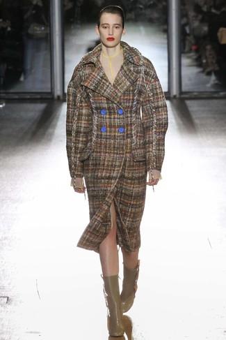 Cómo combinar: abrigo de tartán marrón, botines de cuero marrónes