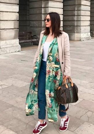 Cómo combinar unos vaqueros boyfriend azul marino: Casa un abrigo duster con print de flores verde con unos vaqueros boyfriend azul marino para un look agradable de fin de semana. Tenis de ante burdeos son una opción incomparable para complementar tu atuendo.