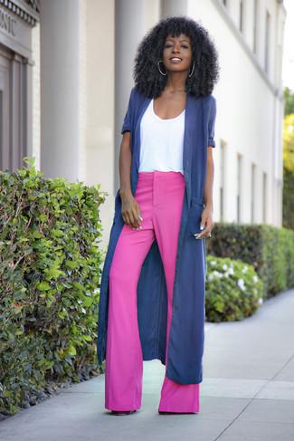 Cómo combinar: abrigo duster azul marino, camiseta con cuello circular blanca, pantalón de campana rosa