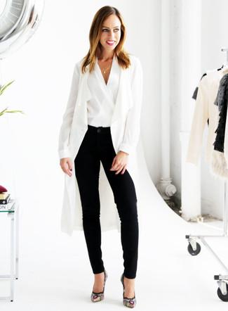 Cómo combinar: abrigo duster blanco, blusa sin mangas blanca, pantalón de pinzas negro, zapatos de tacón de ante bordados negros