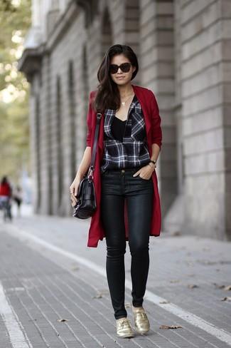 Cómo combinar: abrigo duster burdeos, camisa de vestir de tartán en negro y blanco, camiseta sin manga negra, vaqueros pitillo de cuero negros