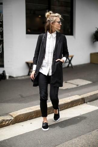 Look de moda: Abrigo Duster Negro, Camisa de Vestir Blanca, Leggings Negros, Zapatillas Slip-on de Ante Negras