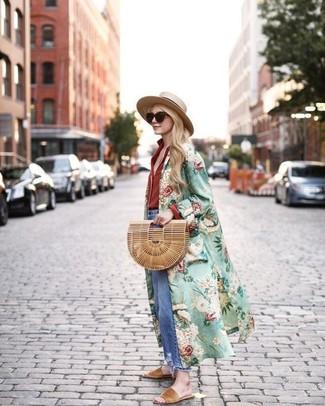 Cómo combinar: abrigo duster con print de flores verde, camisa de vestir roja, vaqueros boyfriend desgastados azules, sandalias planas de ante marrón claro