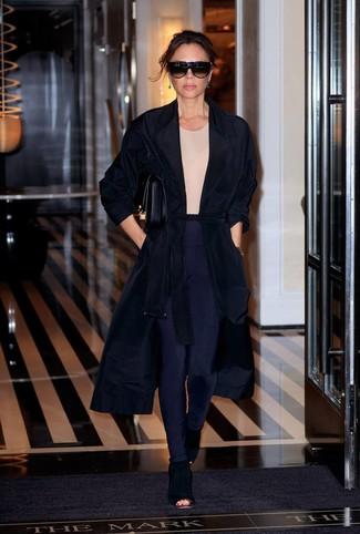 Cómo combinar unos leggings azul marino: Un abrigo duster negro y unos leggings azul marino son una opción atractiva para el fin de semana. Este atuendo se complementa perfectamente con botines de ante con recorte negros.