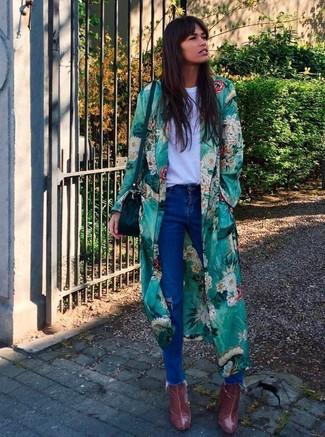 Cómo combinar: abrigo duster con print de flores verde, camiseta con cuello circular blanca, vaqueros desgastados azules, botines de cuero burdeos