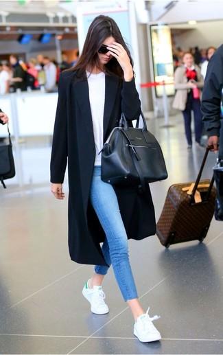 La versatilidad de un abrigo duster negro de MICHAEL Michael Kors y unos vaqueros pitillo azules los hace prendas en las que vale la pena invertir. ¿Quieres elegir un zapato informal? Usa un par de tenis blancos para el día.