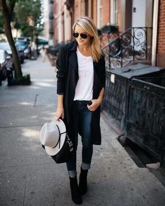 Para un atuendo que esté lleno de caracter y personalidad elige un abrigo duster negro y unos vaqueros pitillo azul marino. ¿Por qué no ponerse botines de ante negros a la combinación para dar una sensación más clásica?