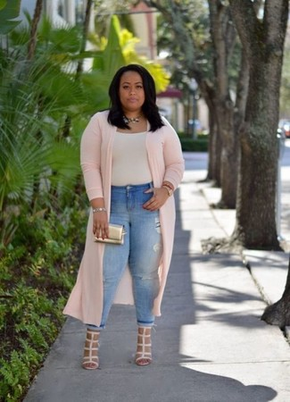 Cómo combinar: abrigo duster rosado, camiseta con cuello circular en beige, vaqueros pitillo desgastados celestes, sandalias de tacón de cuero en beige