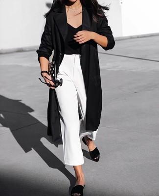 Un abrigo duster negro de mujeres de MICHAEL Michael Kors y una falda pantalón blanca son prendas que debes tener en tu armario. Para darle un toque relax a tu outfit utiliza sandalias planas de ante negras.