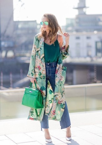 Cómo combinar: abrigo duster con print de flores verde, camiseta sin manga de seda verde oscuro, falda pantalón vaquera azul, zapatos de tacón de cuero blancos