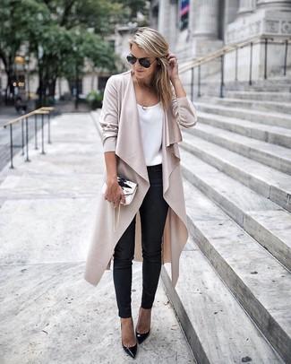 Cómo combinar: abrigo duster en beige, camiseta sin manga de seda blanca, pantalones pitillo de cuero negros, zapatos de tacón de cuero negros