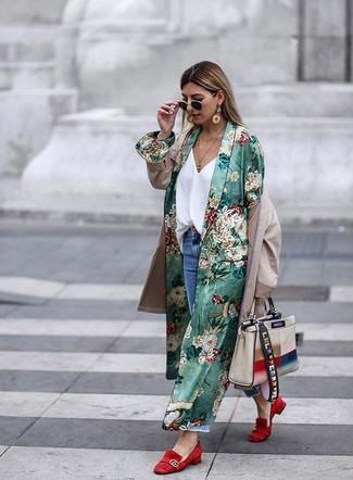 Emparejar un abrigo duster con print de flores verde junto a unos vaqueros boyfriend desgastados azules de mujeres de Asos es una opción inigualable para el fin de semana. Mocasín de ante rojos son una forma sencilla de mejorar tu look.