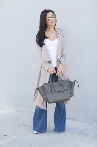 Cómo combinar: abrigo duster gris, camiseta sin manga blanca, vaqueros de campana azules, bolsa tote de cuero en gris oscuro