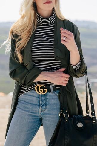 Cómo combinar: abrigo duster verde oscuro, jersey de cuello alto de rayas horizontales en negro y blanco, vaqueros celestes, bolsa tote de cuero negra