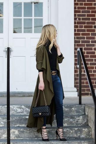 Cómo combinar: abrigo duster verde oliva, jersey de cuello alto negro, vaqueros pitillo azul marino, zapatos de tacón de cuero negros