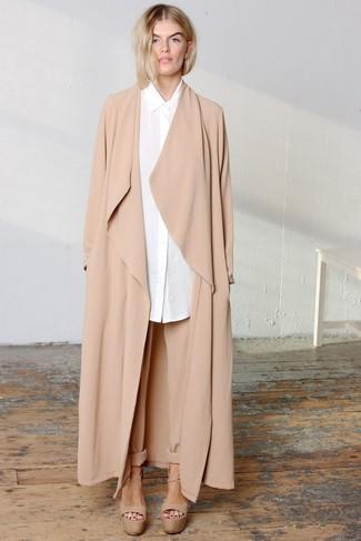 Cómo combinar: abrigo duster marrón claro, camisa de vestir blanca, pantalón de pinzas marrón claro, sandalias de tacón de cuero gruesas marrón claro