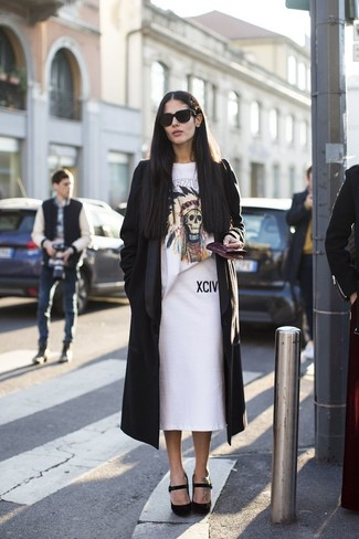 Cómo combinar un abrigo duster negro: Ponte un abrigo duster negro y una falda lápiz blanca para conseguir una apariencia relajada pero chic. Zapatos de tacón de ante negros son una opción inigualable para complementar tu atuendo.