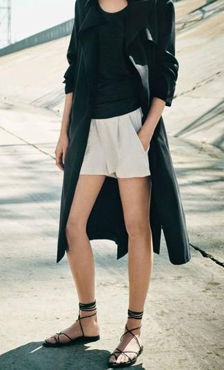 Para crear una apariencia para un almuerzo con amigos en el fin de semana elige un abrigo duster negro de mujeres de MICHAEL Michael Kors y unos pantalones cortos blancos. ¿Quieres elegir un zapato informal? Usa un par de sandalias romanas de cuero negras para el día.
