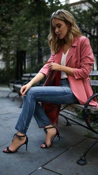 Cómo combinar: abrigo duster rosado, camiseta sin manga de seda blanca, vaqueros pitillo azules, sandalias de tacón de cuero negras