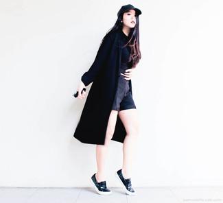 Ponte un abrigo duster negro de mujeres de MICHAEL Michael Kors y unos pantalones cortos negros para cualquier sorpresa que haya en el día. Zapatillas slip-on de cuero negras resaltaran una combinación tan clásico.
