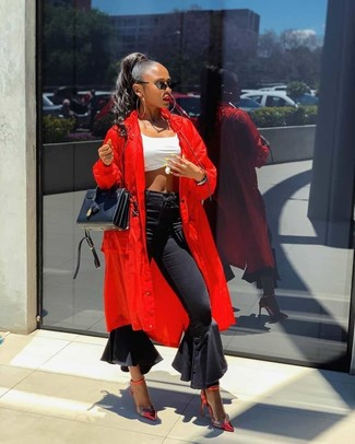 Cómo combinar: abrigo duster rojo, top corto blanco, vaqueros de campana negros, zapatos de tacón de cuero rojos