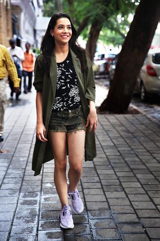 Cómo combinar: abrigo duster verde oliva, camiseta con cuello circular estampada en negro y blanco, pantalones cortos de camuflaje verde oliva, deportivas violeta claro