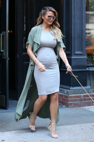 Cómo combinar: abrigo duster verde oliva, vestido ajustado gris, sandalias de tacón de cuero en beige