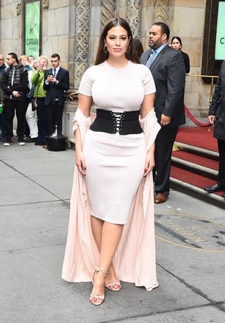 Cómo combinar: abrigo duster rosado, vestido ajustado de punto blanco, sandalias de tacón de ante rosadas, cinturón de elástico negro