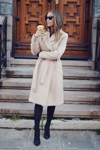 Cómo combinar: abrigo en beige, camisa de vestir negra, vaqueros pitillo azul marino, botines con cordones de ante negros