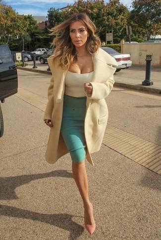 Look de Kim Kardashian: Abrigo en Beige, Camiseta sin Manga en Beige, Falda Lápiz Verde, Zapatos de Tacón de Cuero Rosados