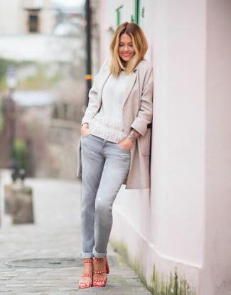 Cómo combinar: abrigo en beige, jersey con cuello circular blanco, vaqueros grises, sandalias de tacón de cuero rojas
