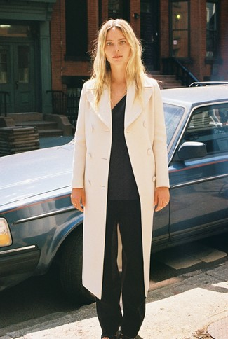Cómo combinar: abrigo en beige, jersey de pico en gris oscuro, pantalones anchos negros, sandalias de tacón de cuero negras