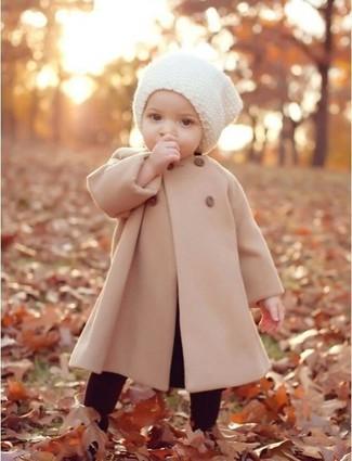 Cómo combinar: abrigo en beige, leggings burdeos, gorro blanco