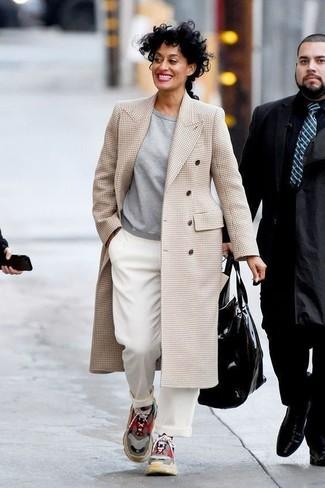 Cómo combinar: abrigo de tartán en beige, sudadera gris, pantalones anchos blancos, deportivas en multicolor