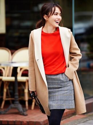 Cómo combinar una minifalda a cuadros: Opta por un abrigo en beige y una minifalda a cuadros para crear una apariencia elegante y glamurosa.