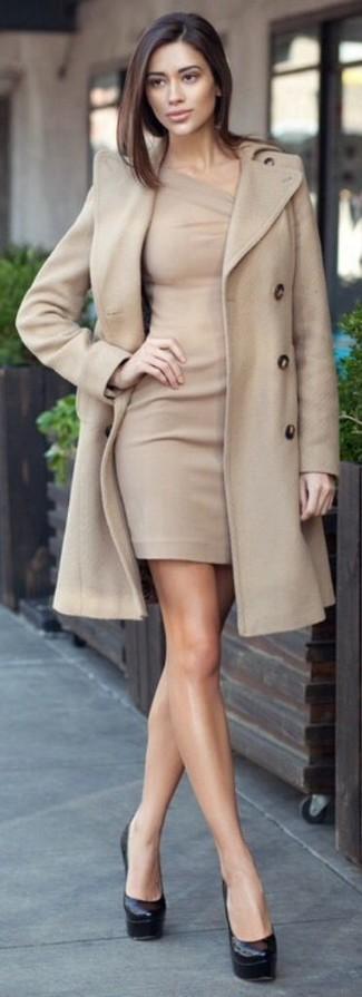 Considera emparejar un abrigo beige con un vestido ajustado en beige para una apariencia fácil de vestir para todos los días. Zapatos de tacón de cuero negros son una sencilla forma de complementar tu atuendo.