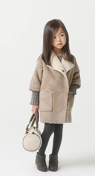 Cómo combinar: abrigo en beige, vestido de punto gris, botas de ante en gris oscuro, medias en gris oscuro