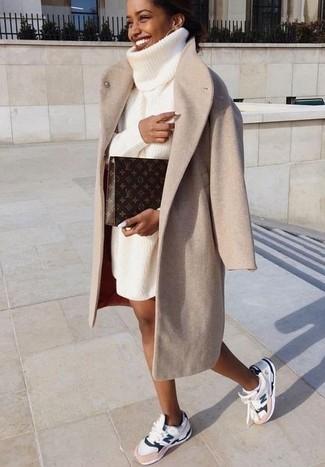 Cómo combinar: abrigo en beige, vestido jersey de punto blanco, deportivas blancas, cartera sobre de cuero estampada en marrón oscuro